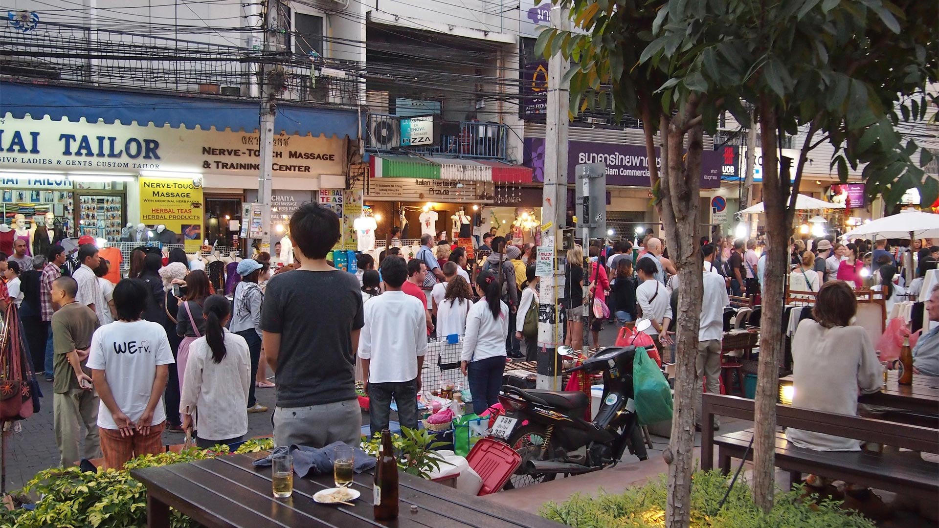 People when Thai National anthem played (source : homeiswhereyourbagis.com)