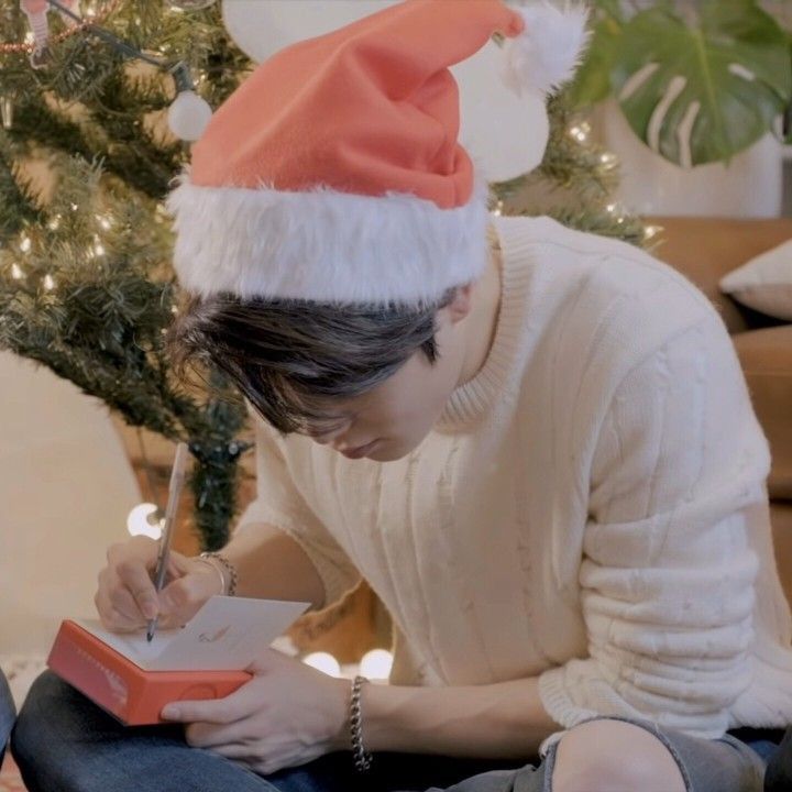 Write and send your holiday cards (© NCT Daily)