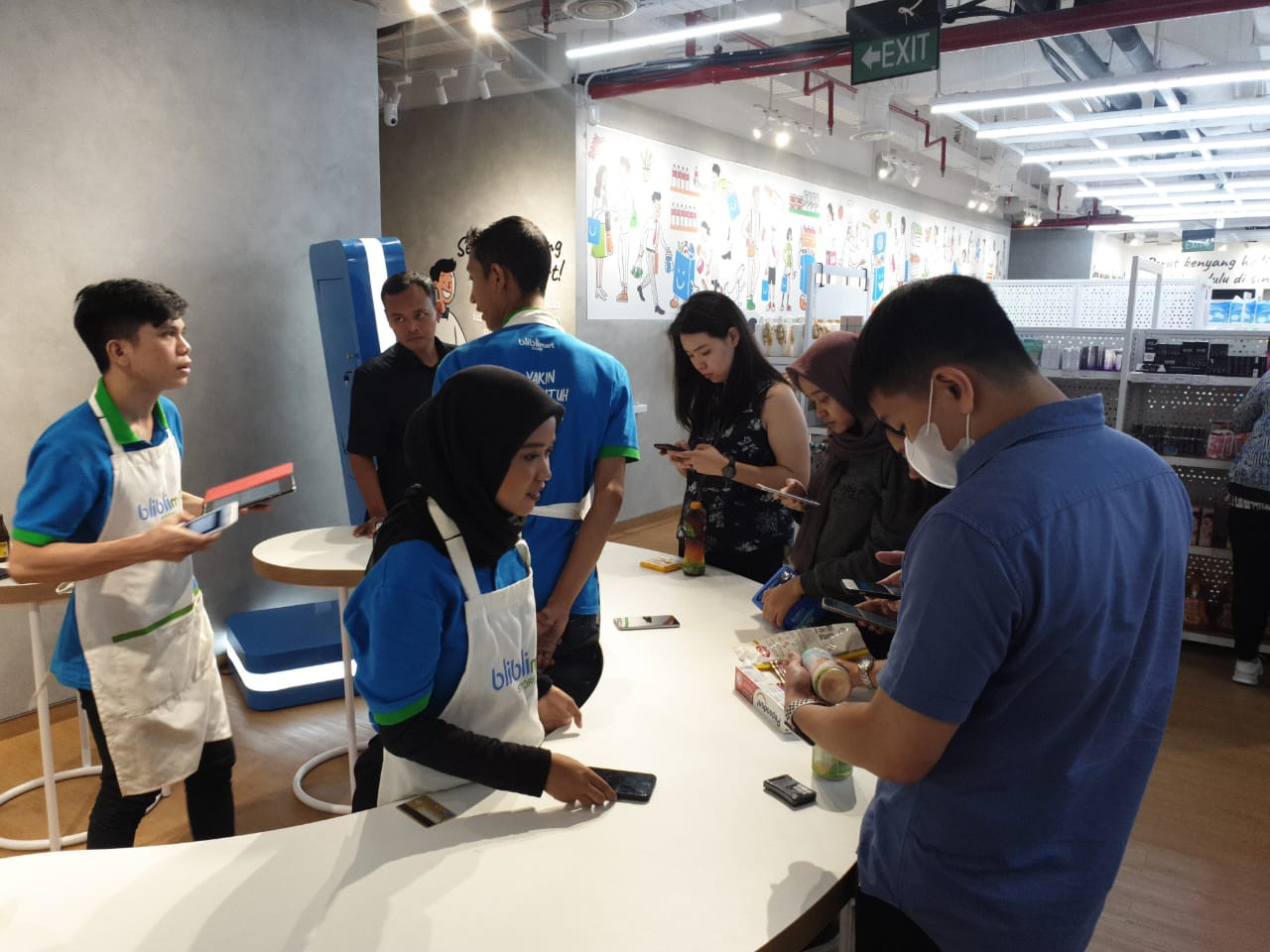 BlibliMart store from Blibli.com uses a cashless and cashier-less shopping system, with shopkeepers ready to assist customers and check their purchases after the payment is made. Image: JP/Moch. Fiqih Prawira