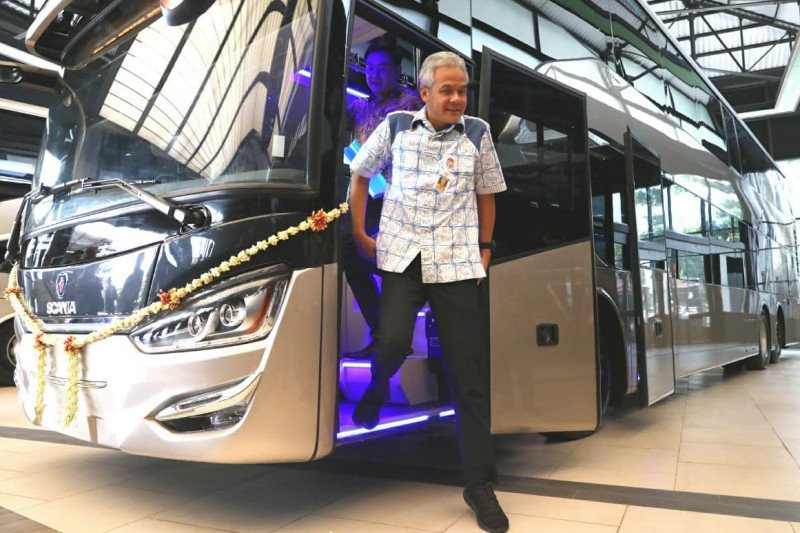 Central Java Governor Ganjar Pranowo steps out of one of the double-decker buses to be exported by CV Laksana to Bangladesh. The governor took part in a ceremony to mark the delivery of the buses at the company's factory in Semarang on Friday. Image: Antara/Ant