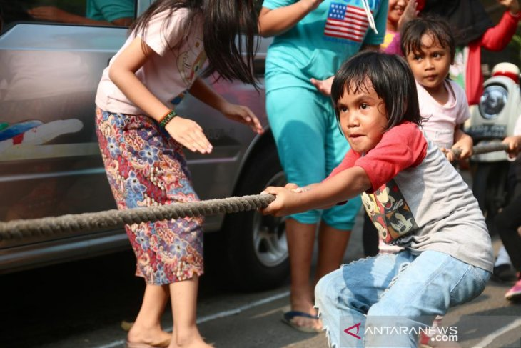 A girl pulled a rope during a tug of war rope game organized as part of the celebration of the 74th Independence Day of Indonesia at Jakarta, Saturday (Aug 17, 2019). Image: ANTARA/Genta Tenri Mawangi