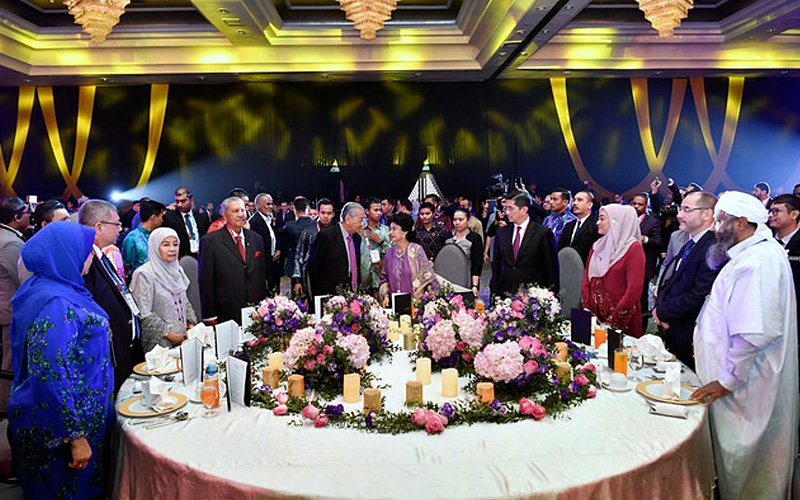Prime Minister Dr Mahathir Mohamad (5th from left) with local and international leaders at a dinner to welcome delegates to the Kuala Lumpur Summit 2019 last night. Image: Bernama