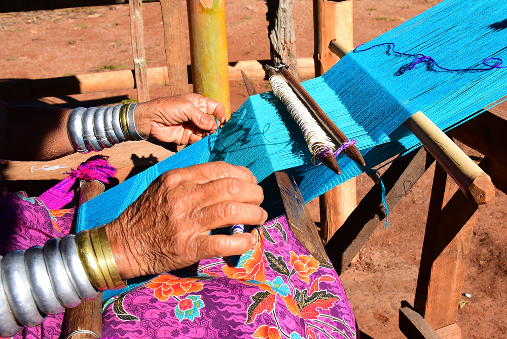 A Kayan woman weaves a cotton scarf. image: Channel News Asia