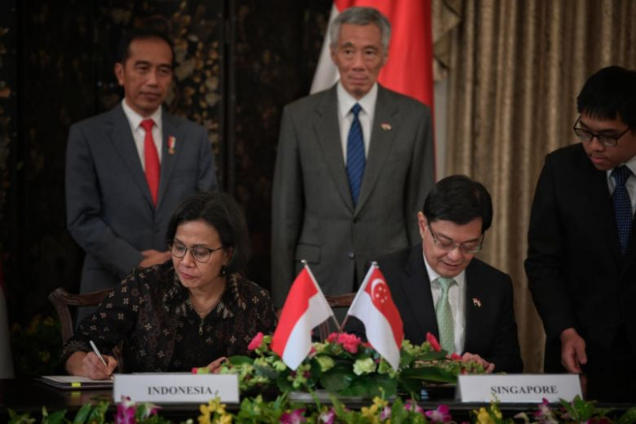 Indonesian President Joko Widodo and Prime Minister Lee Hsien Loong witness as Indonesian Minister of Finance Sri Mulyani Indrawati and Finance Minister Heng Swee Keat sign a memorandum of understanding during the Singapore-Indonesia Leaders' Retreat at the Istana on Oct 8, 2019. Image: The Straits Times/Mark Cheong